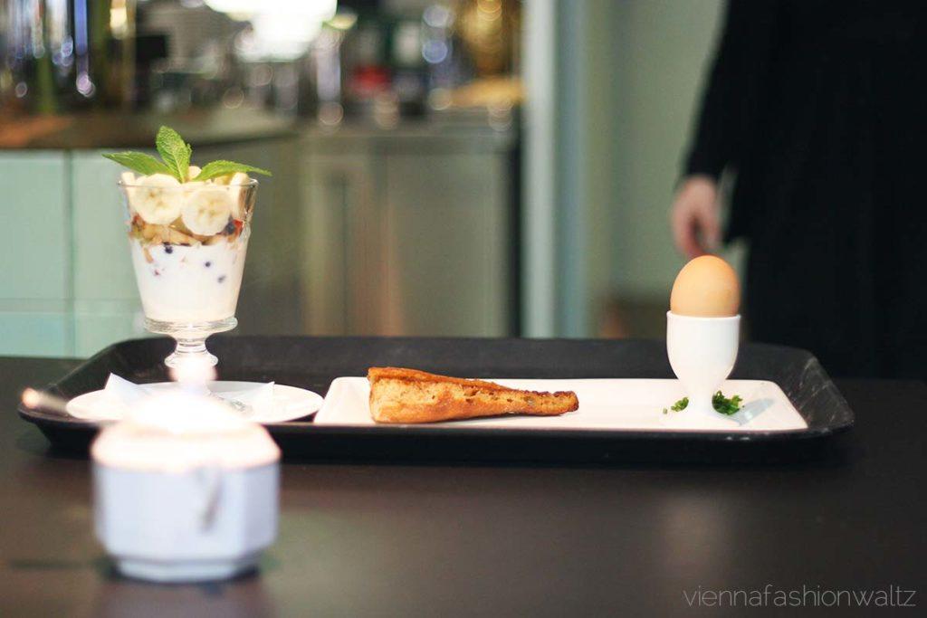 Weiches Ei mit Brotsticks, Frühstück im Cafe Ansari, www.viennafashionwaltz.com
