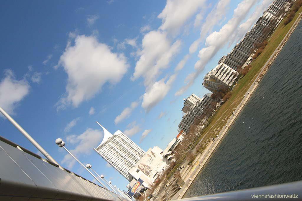 Wien: Blick auf die Donau von der ReichsbrückeWien: Blick auf die Donau von der ReichsbrückeWien: Blick auf die Donau von der Reichsbrücke