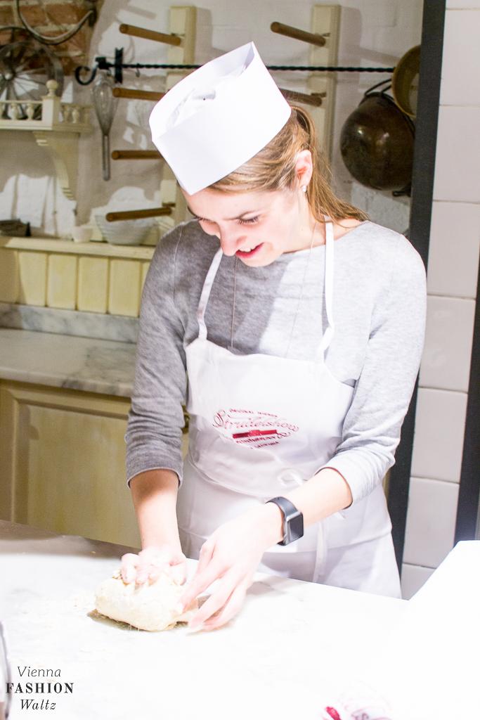 Strudelshow Café Residenz Schönnbrunn, Bäckerin bei der Arbeit