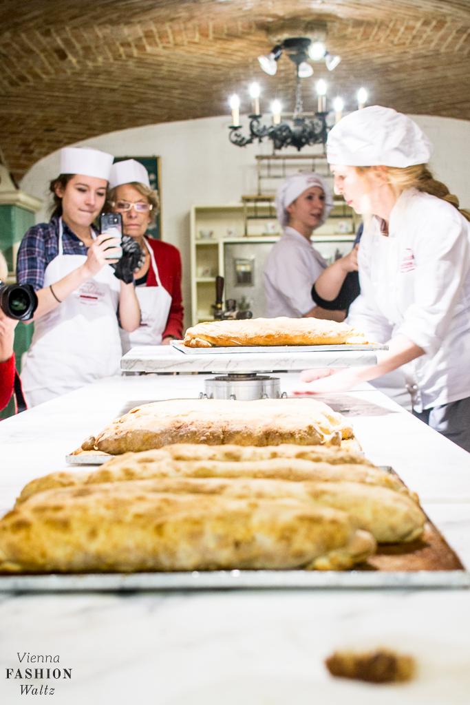 Frisch gebackener Wiener Apfelstrudel, Backkurs + Original Rezept vom Café Residenz in Schönnbrunn
