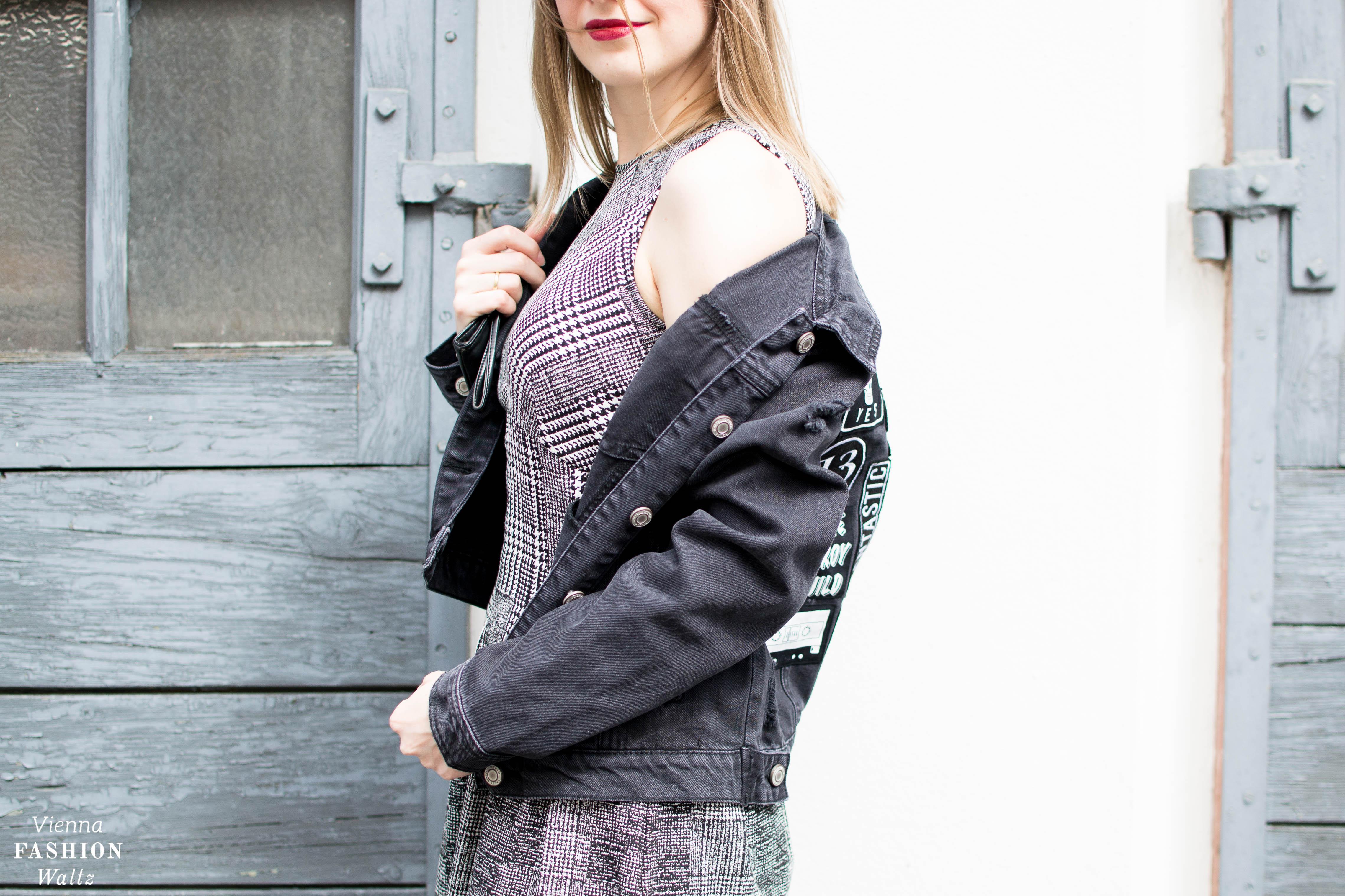 Studded Boots, Fashion Trends, Karo Muster, Rock Chic, Punk Outfit, Black Jeans Jacket with badges, Biker Boots mit Schnallen, Deichmann, Streetstyle Vienna,www.viennafashionwaltz.com