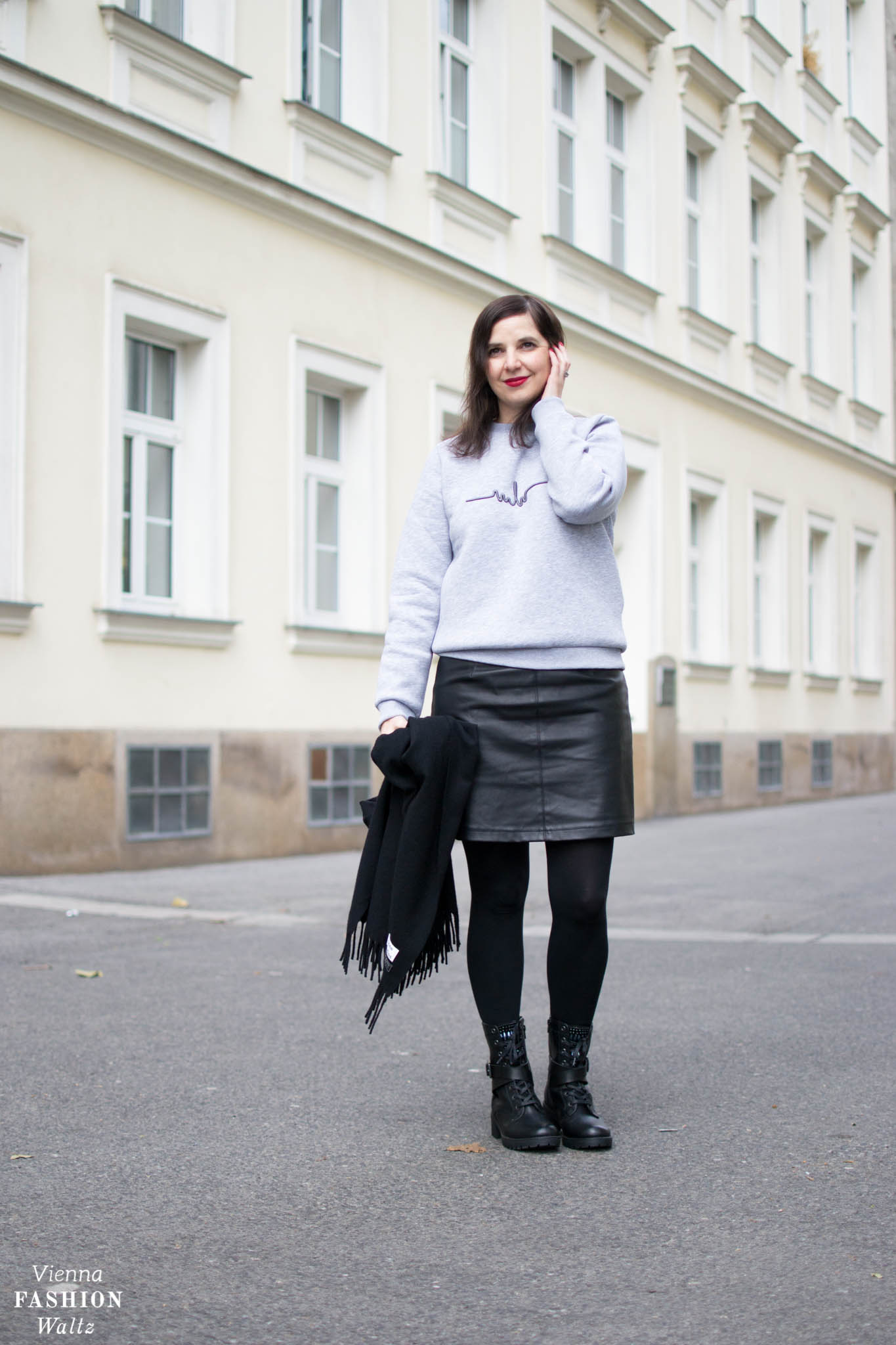 Sweater Marina Hörmanseder_Acne Schal_Statement Boots