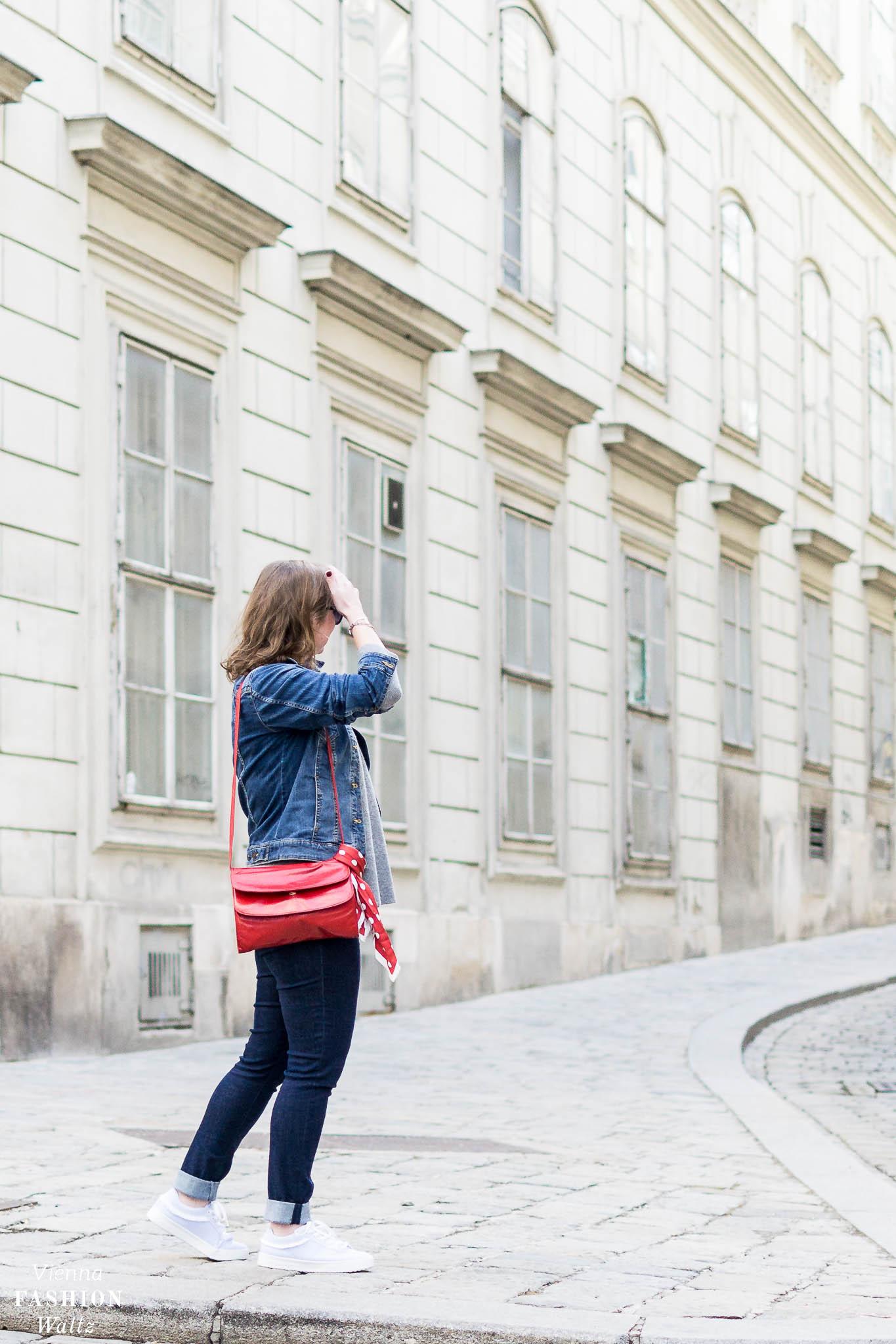 Dark Denim Outfit mit Streifen Sneakers und Kaschmir Pulli | Dark Denim Jeans Streetstyle, Outfit, Denim All Over, Jeansjacke, Statement Sneakers mit Streifen von Deichmann, Vintage Bally Bag, Fashion Trends