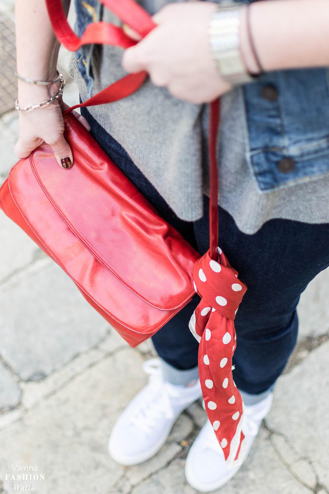 Red Bag, Rote Tasche, Dark Denim Outfit mit Streifen Sneakers und Kaschmir Pulli | Dark Denim Jeans Streetstyle, Outfit, Denim All Over, Jeansjacke, Statement Sneakers mit Streifen von Deichmann, Vintage Bally Bag, Fashion Trends