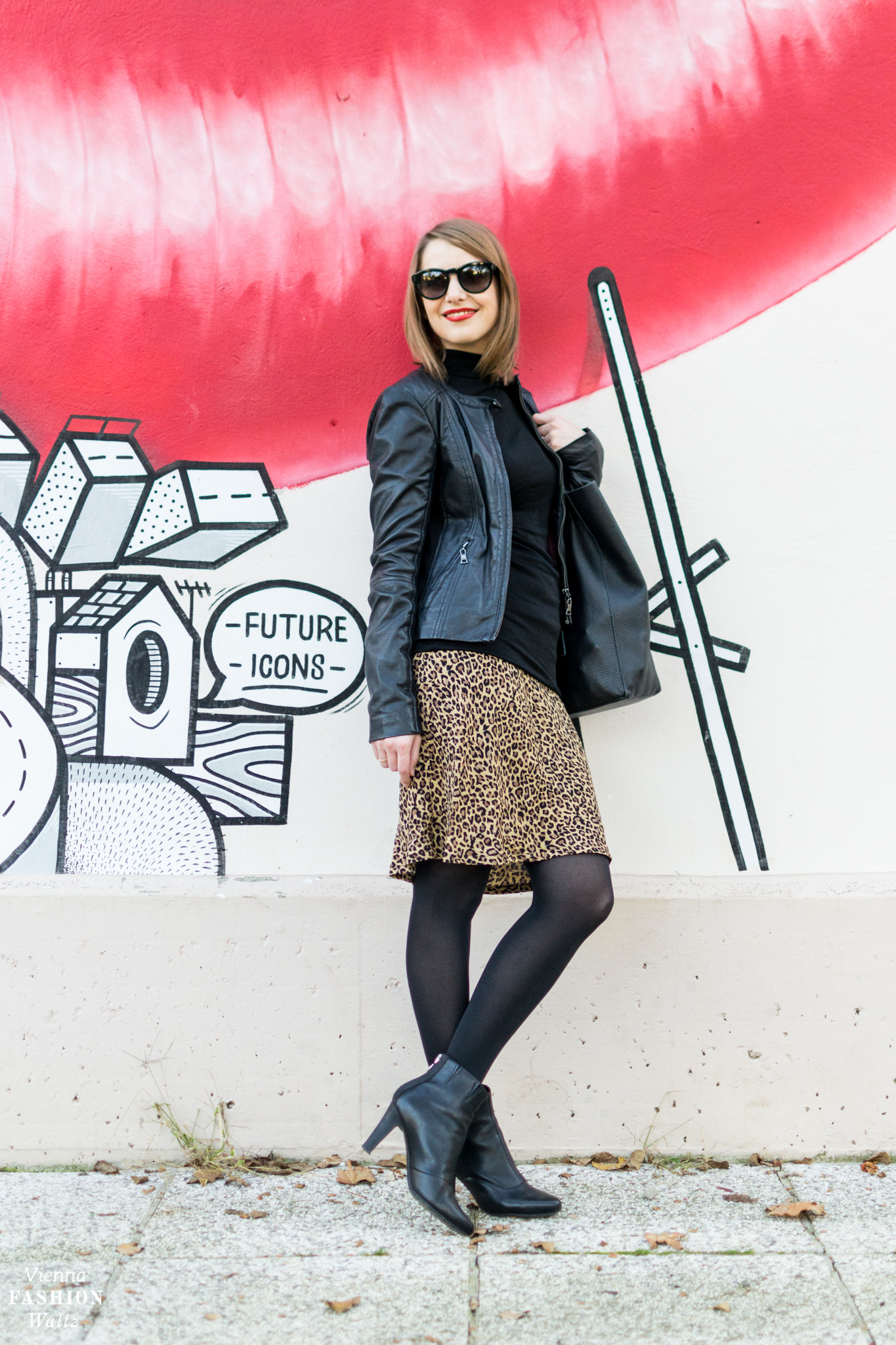 Fashion & Lifestyle Blog www.viennafashionwaltz.com Leoprint-Rock mit Lederjacke Leo Print Fashiontrend