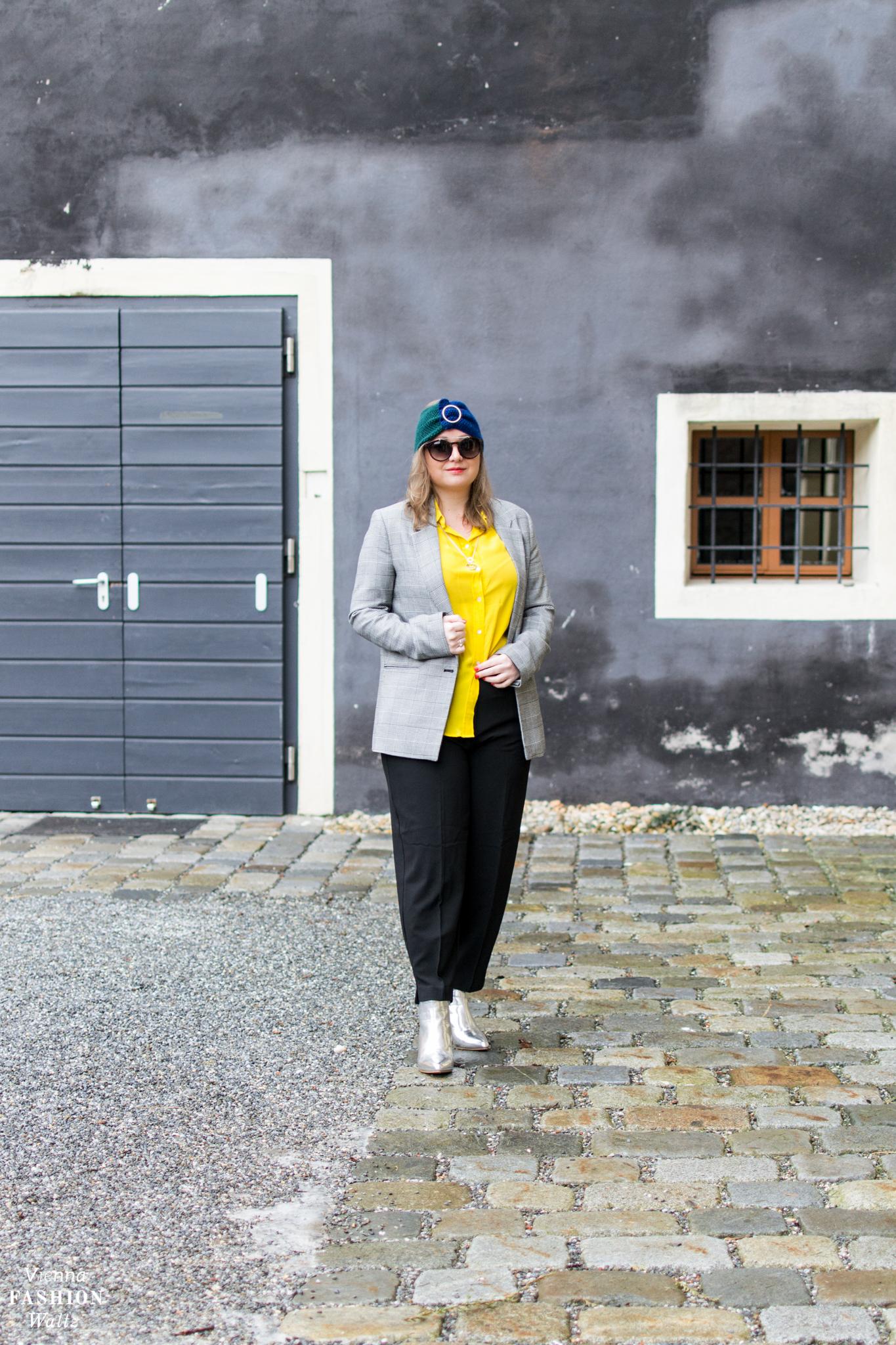 Pantone Lemon Verbena zum Powersuit mit silbernen Boots