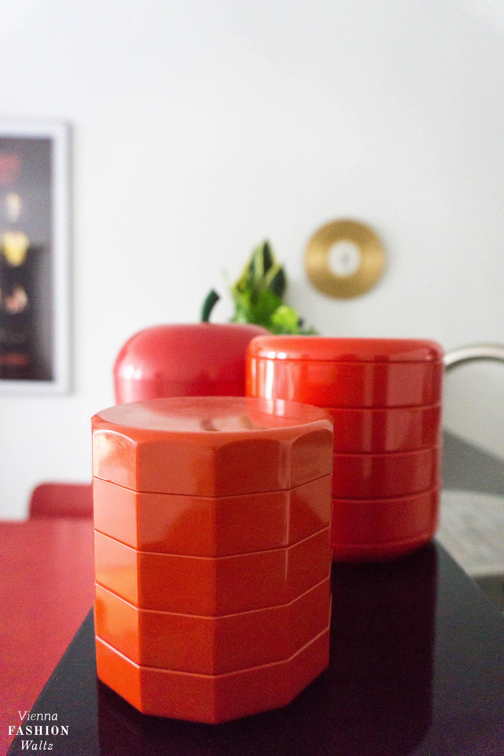 Utensilos aus den 70ern, bakelit, Eames Designklassiker fürs rote Vintage Esszimmer, Vitra Wire Chair, rot, Wohnideen,
