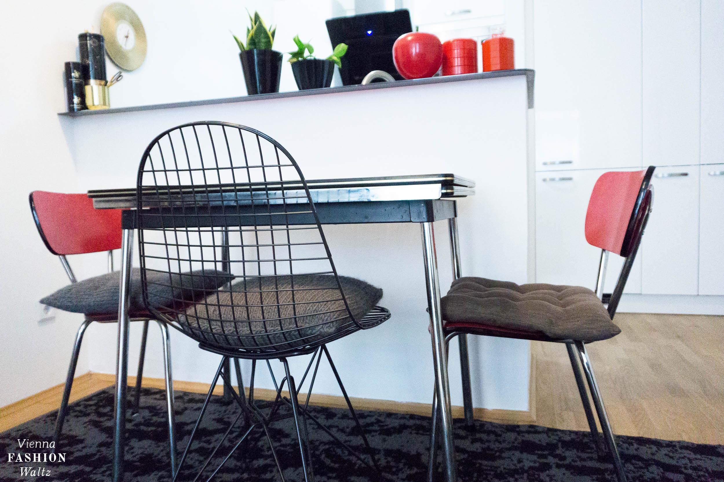 Vintage Dinette, 50ies, Eames Designklassiker fürs rote Vintage Esszimmer, Vitra Wire Chair, rot, Wohnideen,