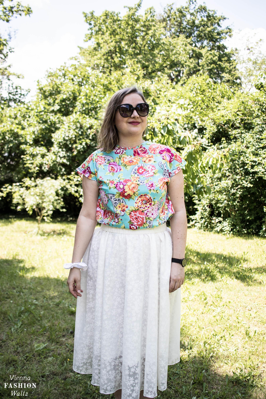 Florale Prints sind überall und machen den Sommer bunt. Blumenmuster richtig stylen im Maxikleid Look oder am besten zu schlichtem weiß...