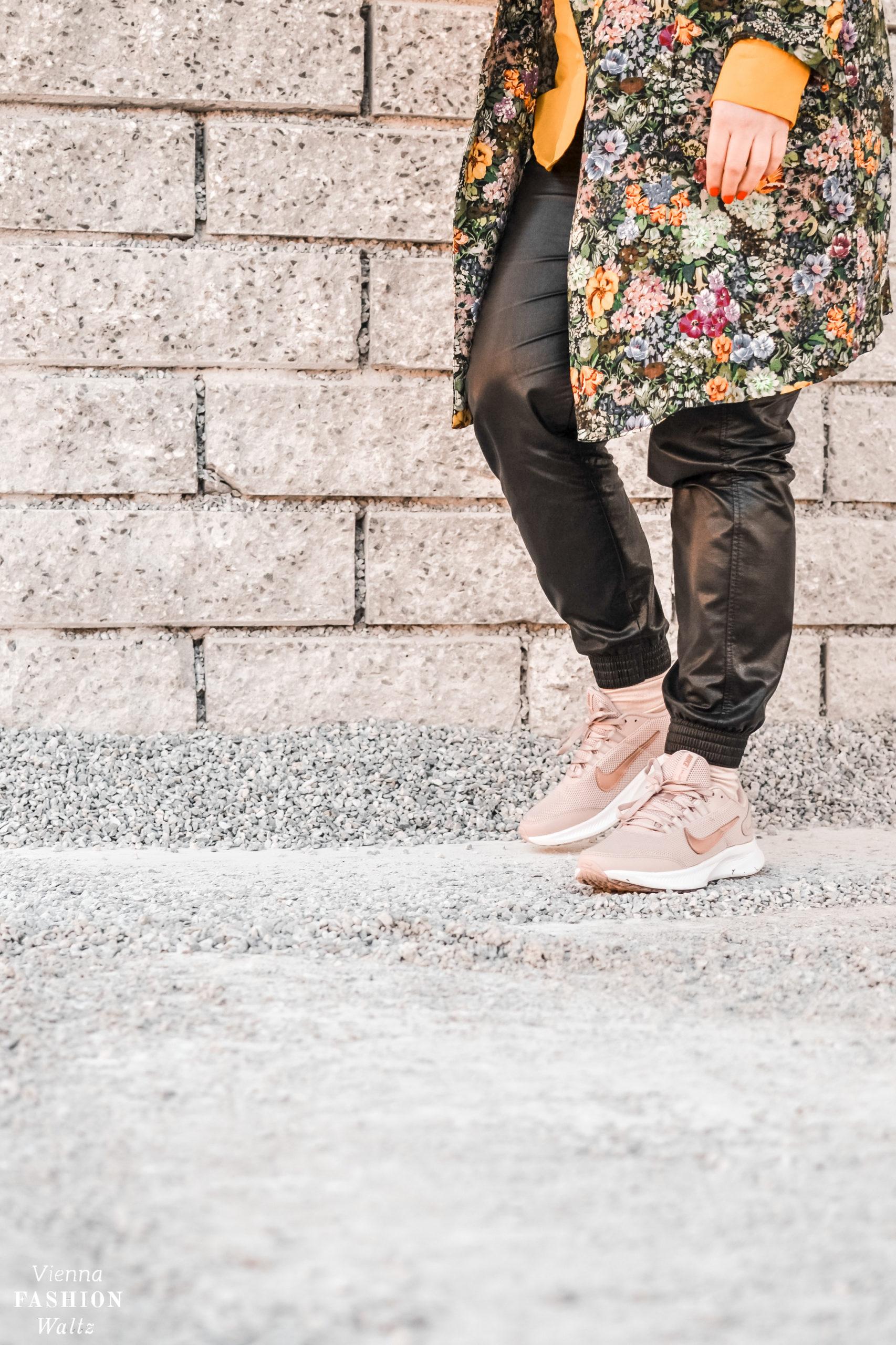 Leder, Hose, Sneakers in Rosa von Nike via Deichmann