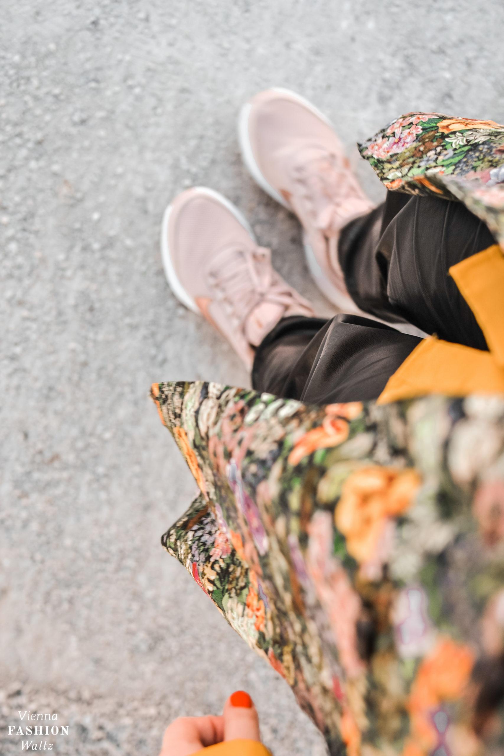 Fashiontrend Jogginghose aus Leder mit floralem Overshirt und Sneakers