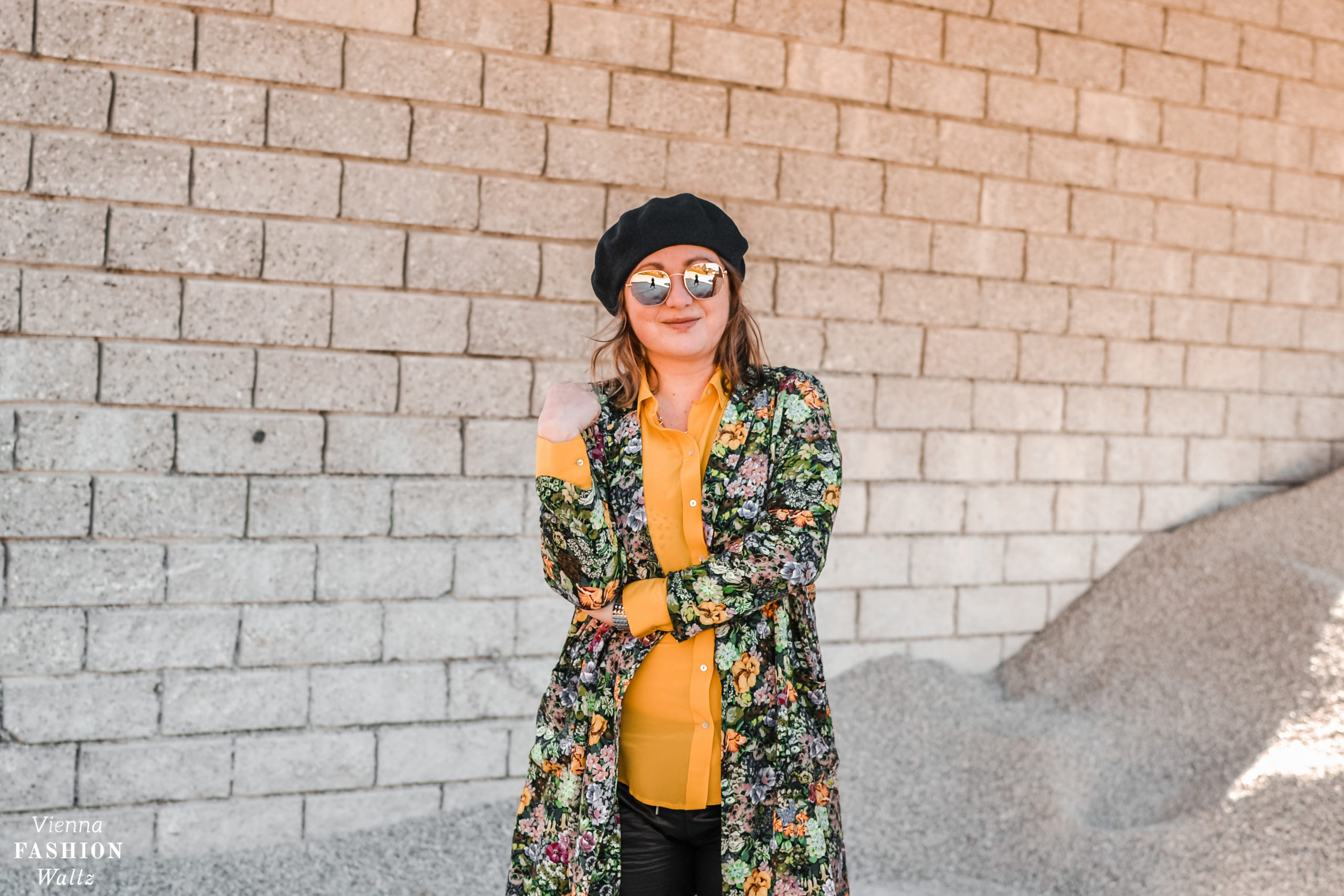 Fashiontrend Jogginghose aus Leder mit floralem Overshirt, Fashion, Style, outfit, ootd, inspo, blogger,Zara, Mango, Sonnenbrille, gelbe Seidenbluse